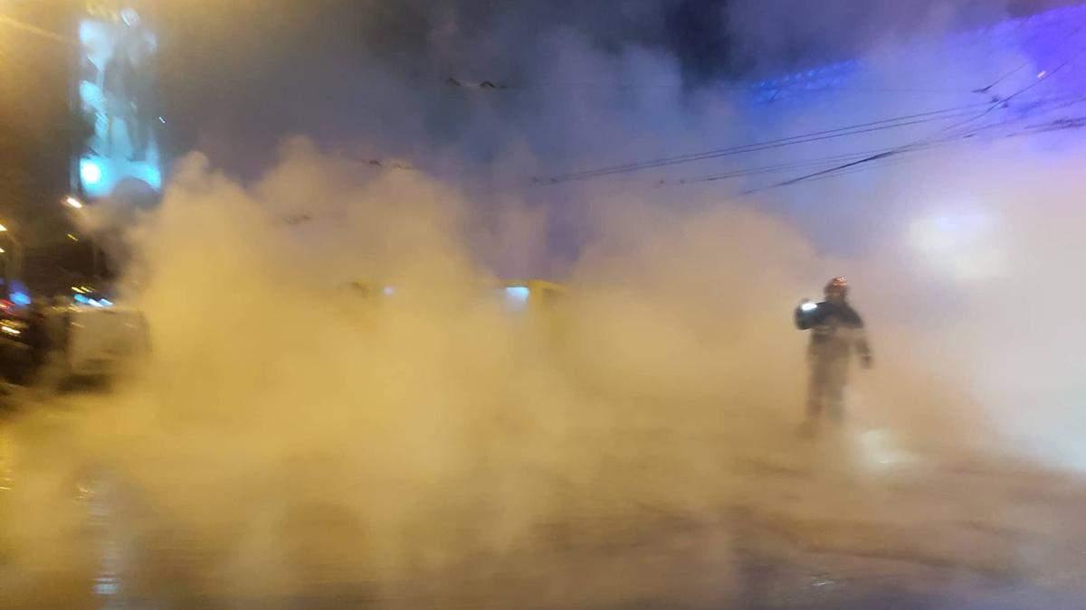 У центрі Києва знову прорвало теплотрасу