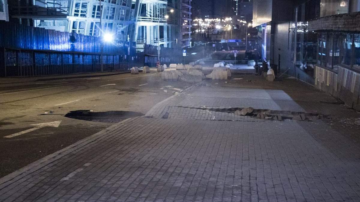 Провалля в асфальті біля Ocean Plaza в Києві