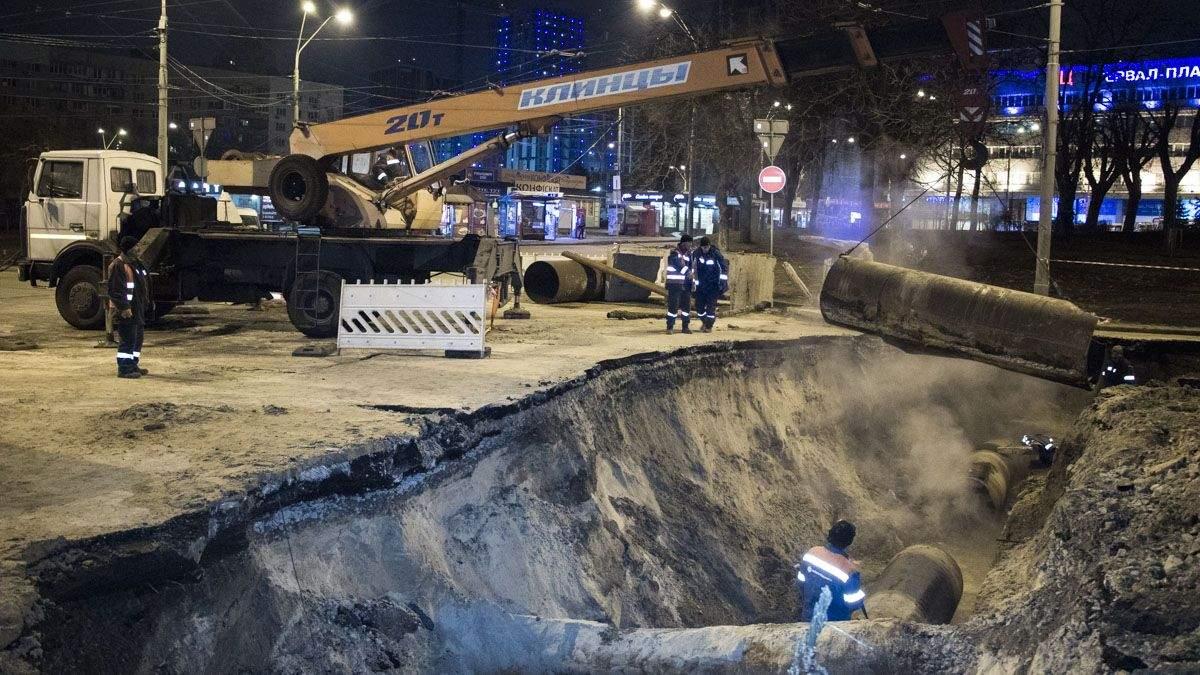Фото з місця прориву теплотраси біля Ocean Plaza в Києві