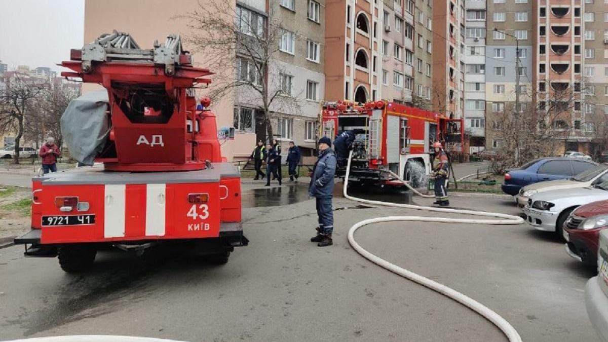 У Києві спалахнув 16-поверховий будинок на Троєщині