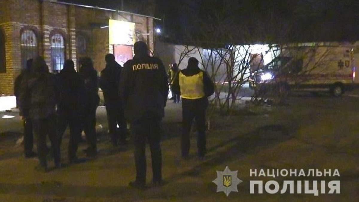 У Києві біля кафе знайшли чоловіка з ножовим пораненням, він помер до приїзду медиків