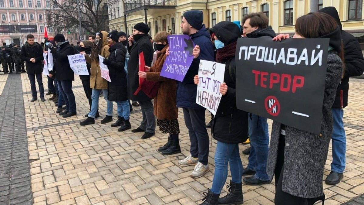"""Учасників акції протесту проти """"ультраправого насильства"""" закидали петардами: відео"""