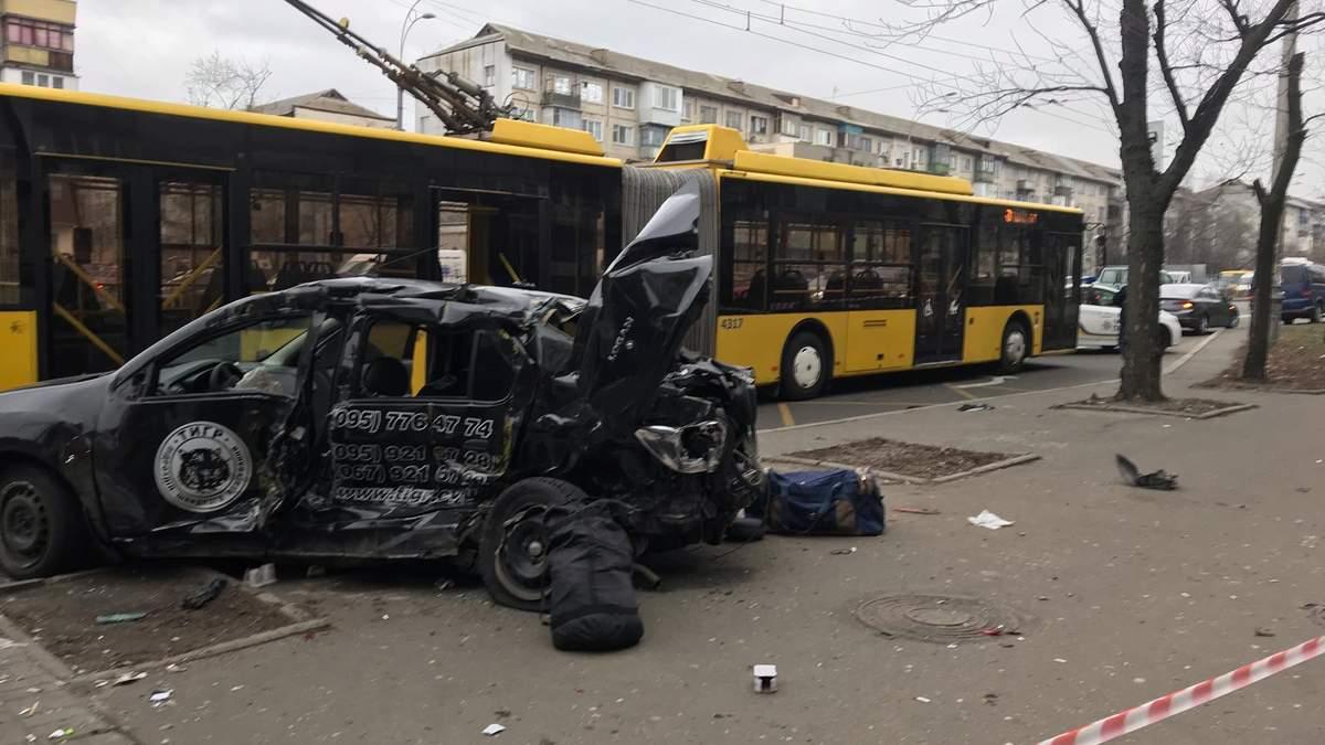Авто влетело в троллейбус и остановку в Киеве: есть погибший и пострадавшие – видео, фото
