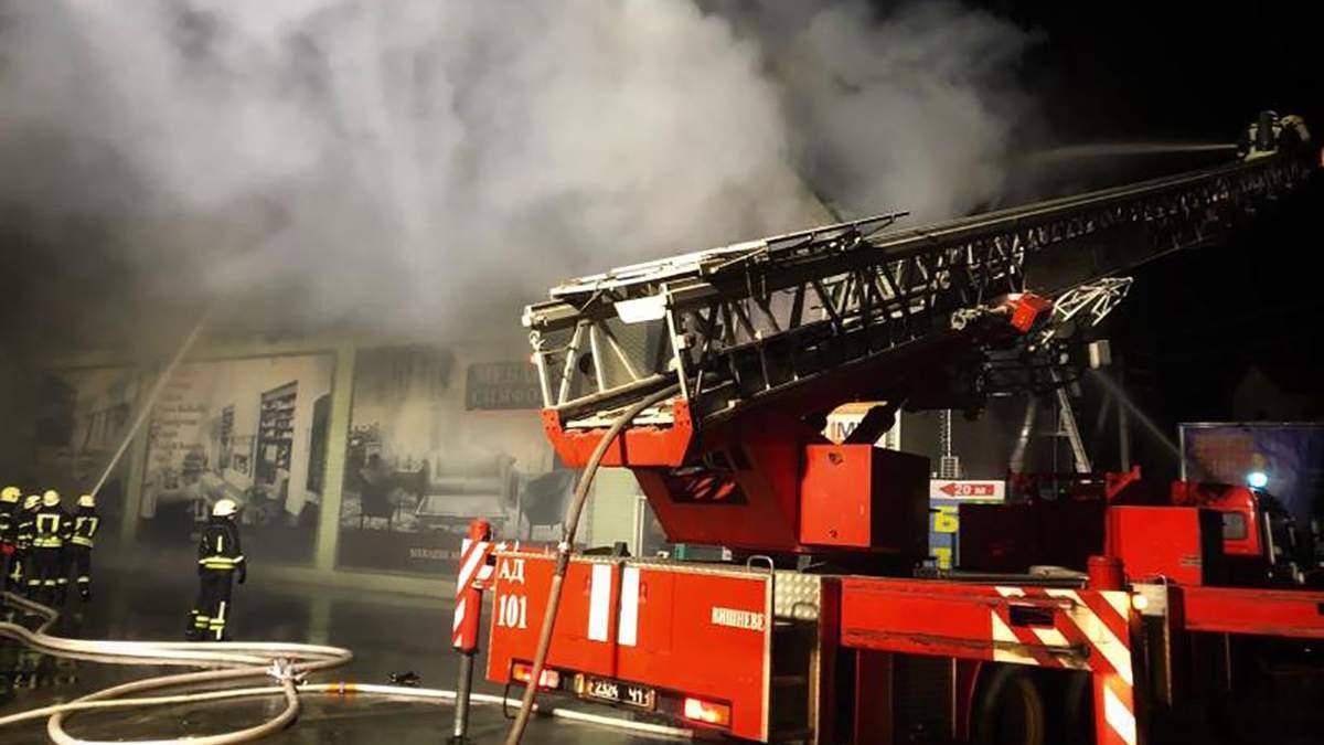 Под Киевом горел мебельный магазин: фото, видео