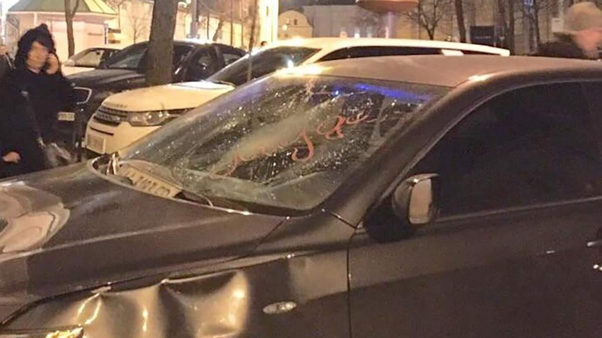 Помстився, бо дістало: у Києві перехожий потрощив припарковане авто – з'явилося відео