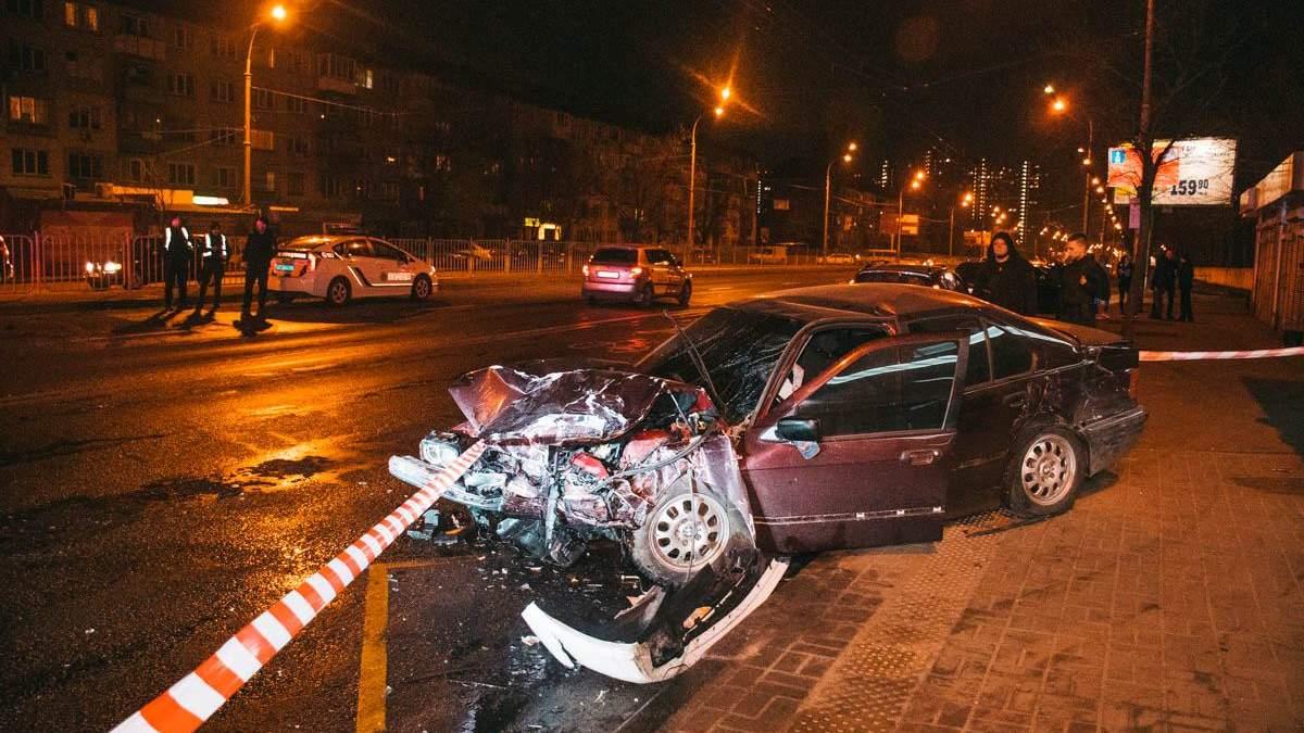 ДТП в Києві на Перова: автомобіль врізався в зупинку громадського транспорту – фото