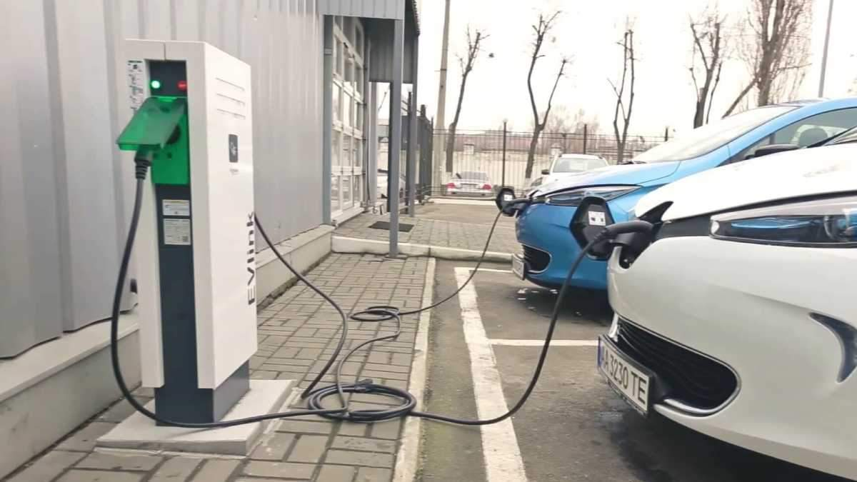 На железнодорожном вокзале Киева открыли зарядную станцию для электромобилей