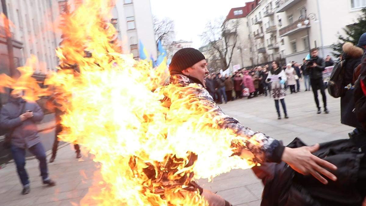 Чоловік скоїв самопідпал під Офісом Президента: відео, фото (+18)
