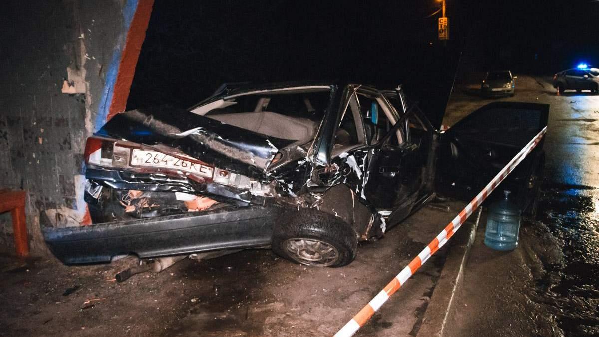 В Киеве Audi после столкновения протаранил остановку, есть пострадавшие: фото и видео