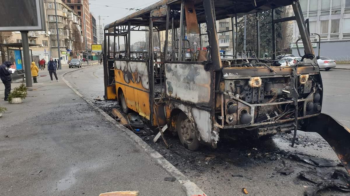 У Києві дотла згоріла маршрутка: з'явилось відео початку пожежі