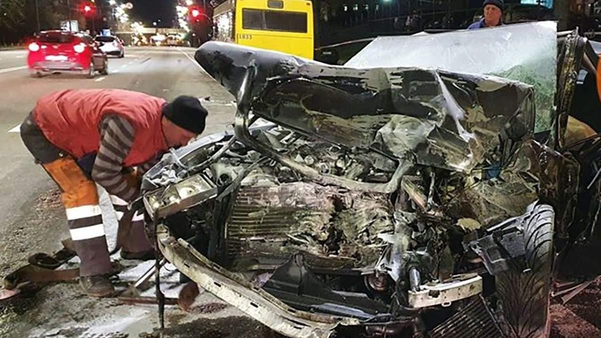 Моторошна ДТП у Києві: Audi протаранила маршрутний автобус – фото, відео