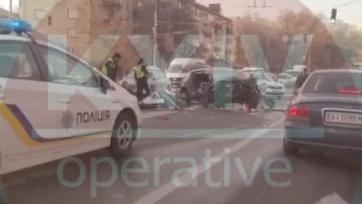 Серйозна ДТП у Києві: є постраждалі – відео