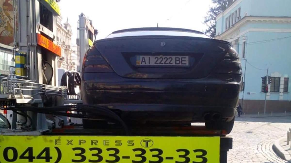 У Києві оригінально провчили водія, який припаркувався на пішоходному переході: відео