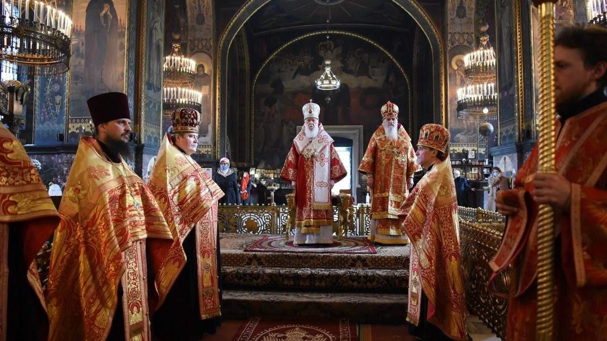 Філарет провів Великодню службу без маски, а вірян причащав з однієї ложки: фото