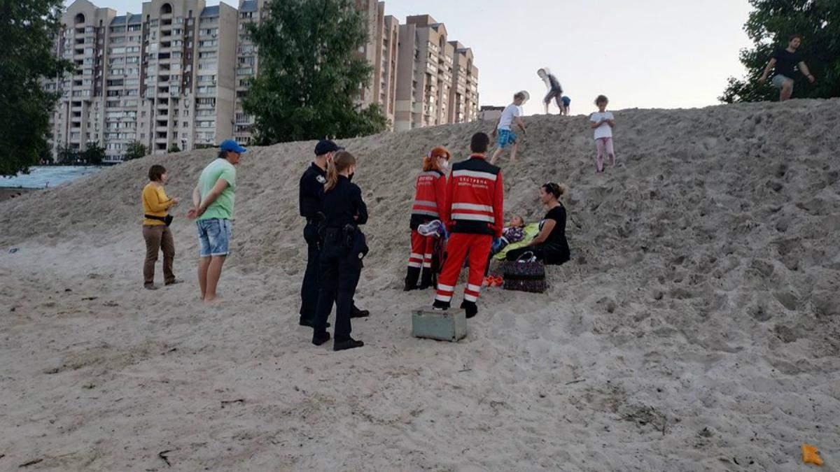 У Києві дівчинку присипало горою піску, очевидці чудом врятували дитину – фото та відео