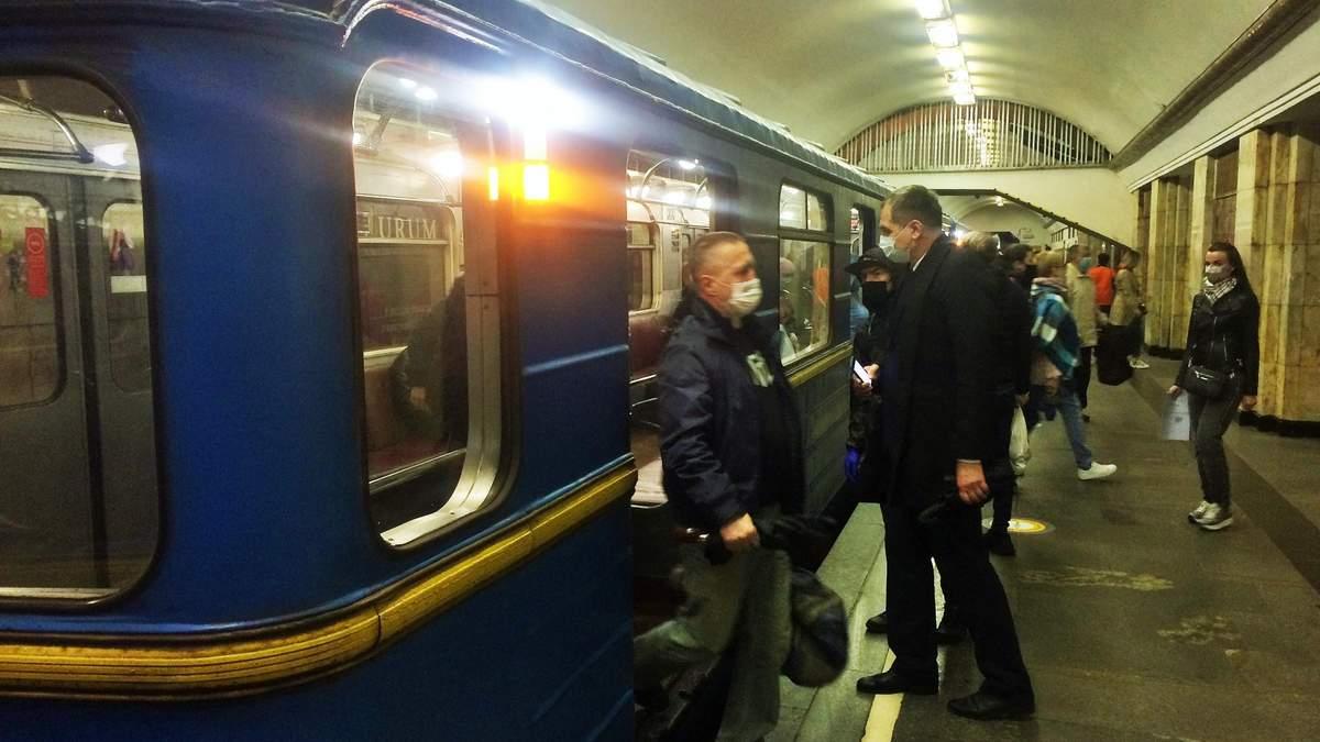 Як виглядає київське метро: натовпи людей і жодної дистанції –  фото