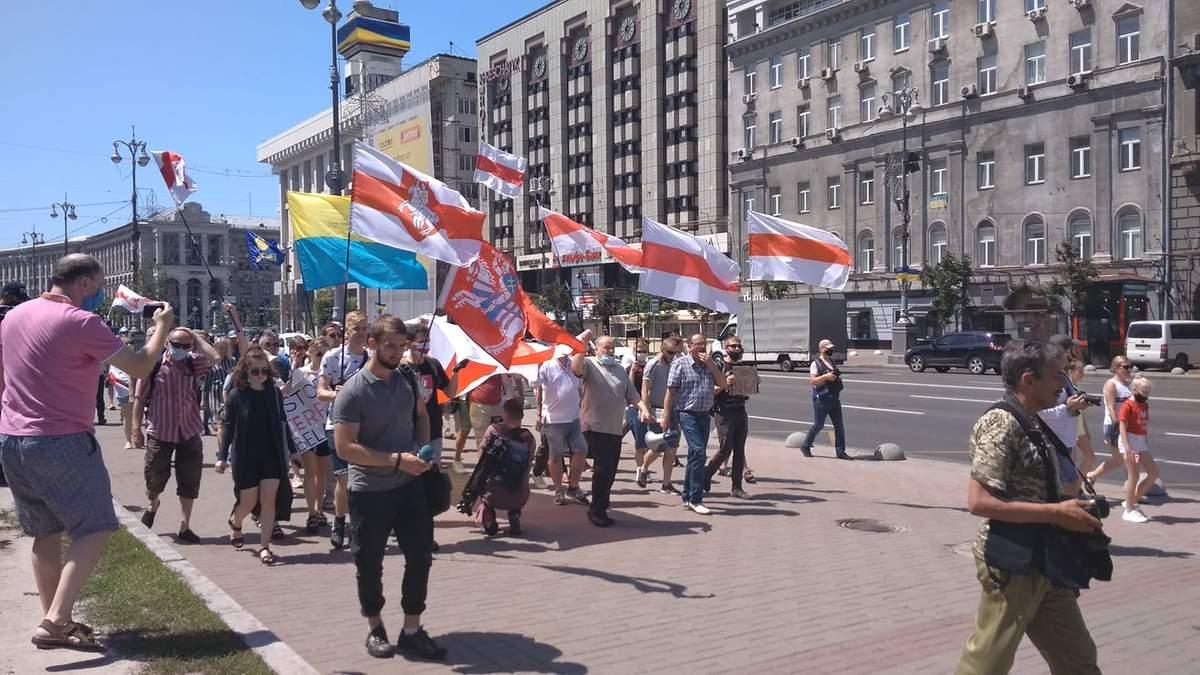 Украинцы вышли на марш солидарности с Беларусью: пикетируют посольство – фото, видео
