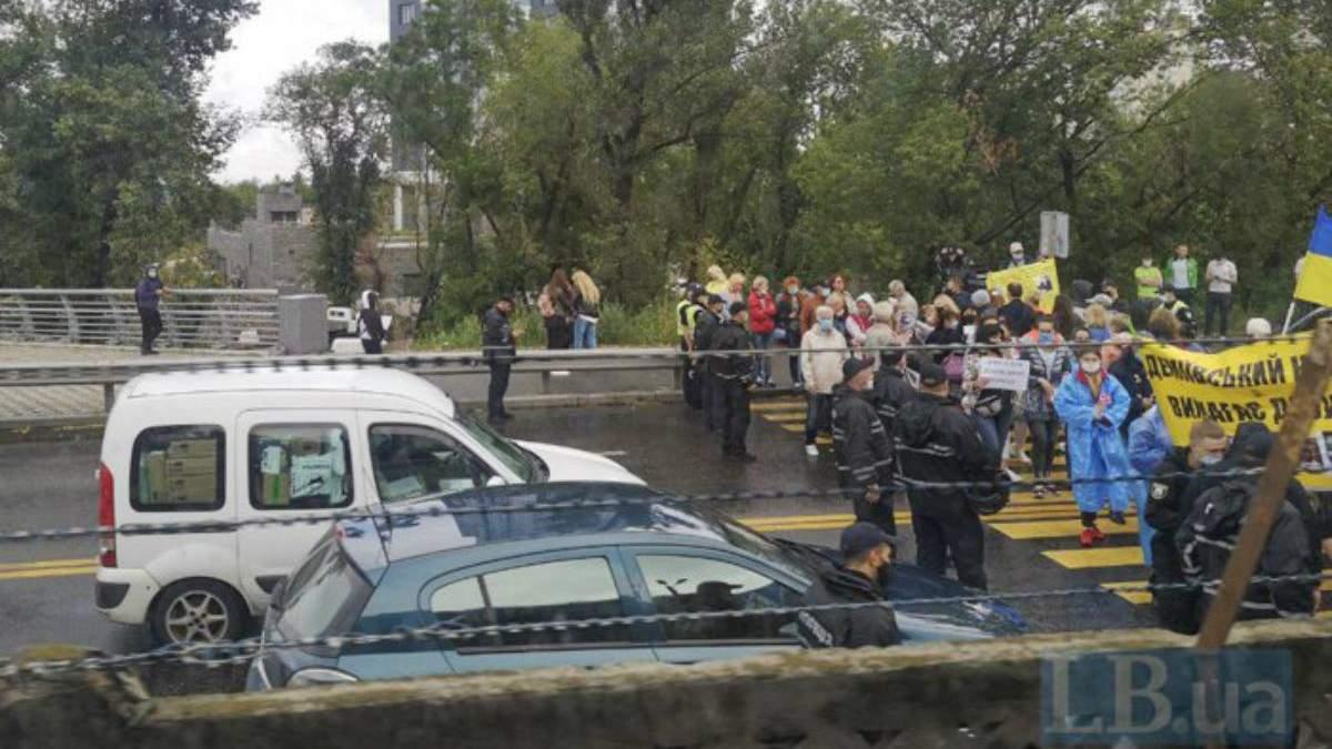 У Києві протестувальники перекрили міст Метро – фото, відео та причини