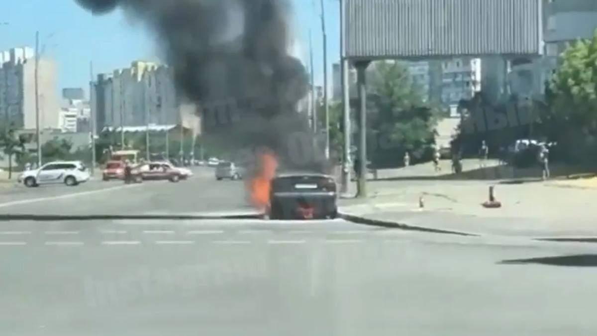 У Києві на жвавій дорозі загорілося авто: вогонь машину знищив повністю – фото, відео
