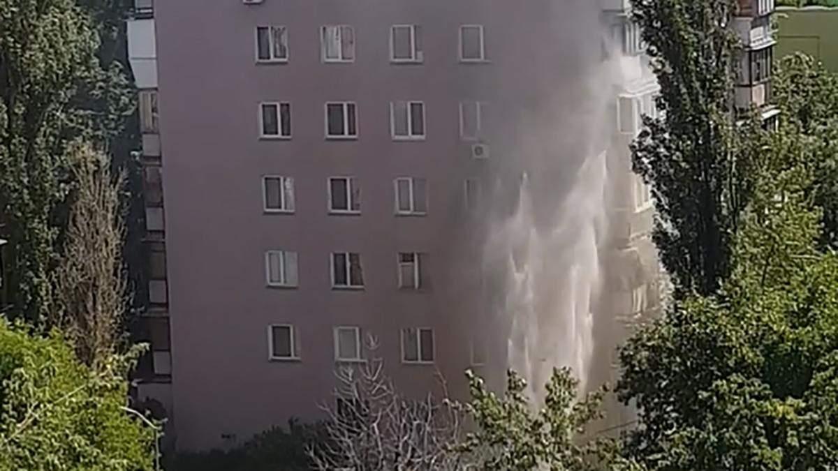 Рекордний фонтан через прорив на Березняках у Києві: деталі від Київтеплоенерго