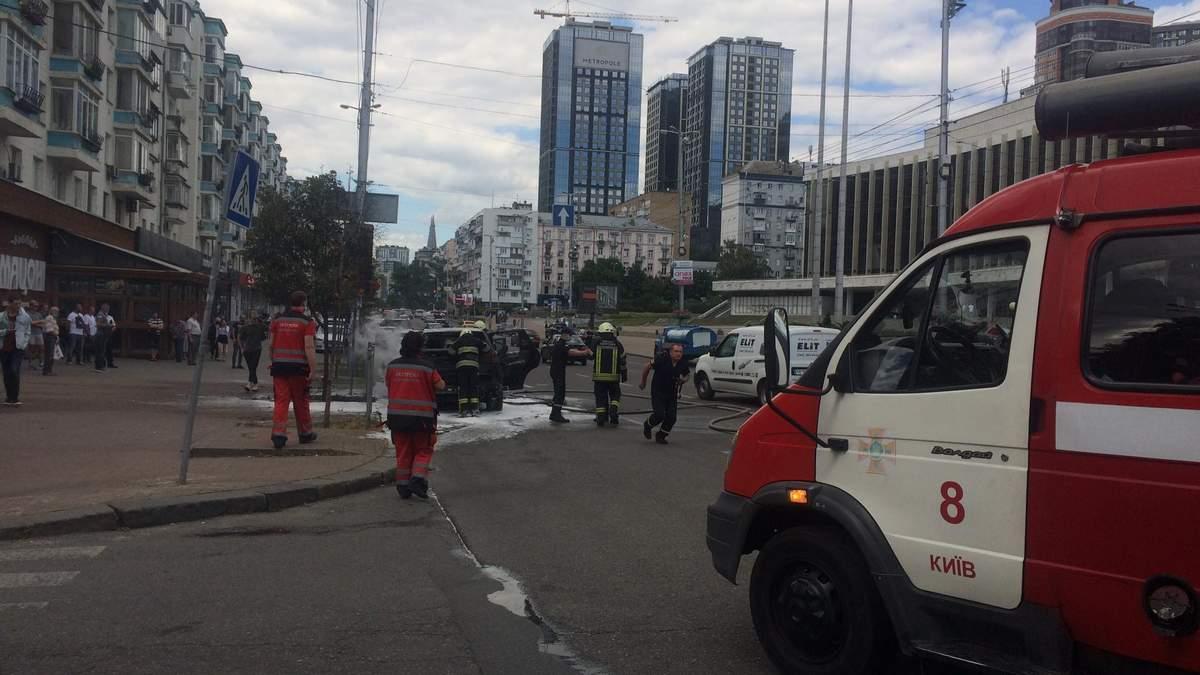У Києві на Великій Васильківській загорілися дві машини: деталі, фото, відео