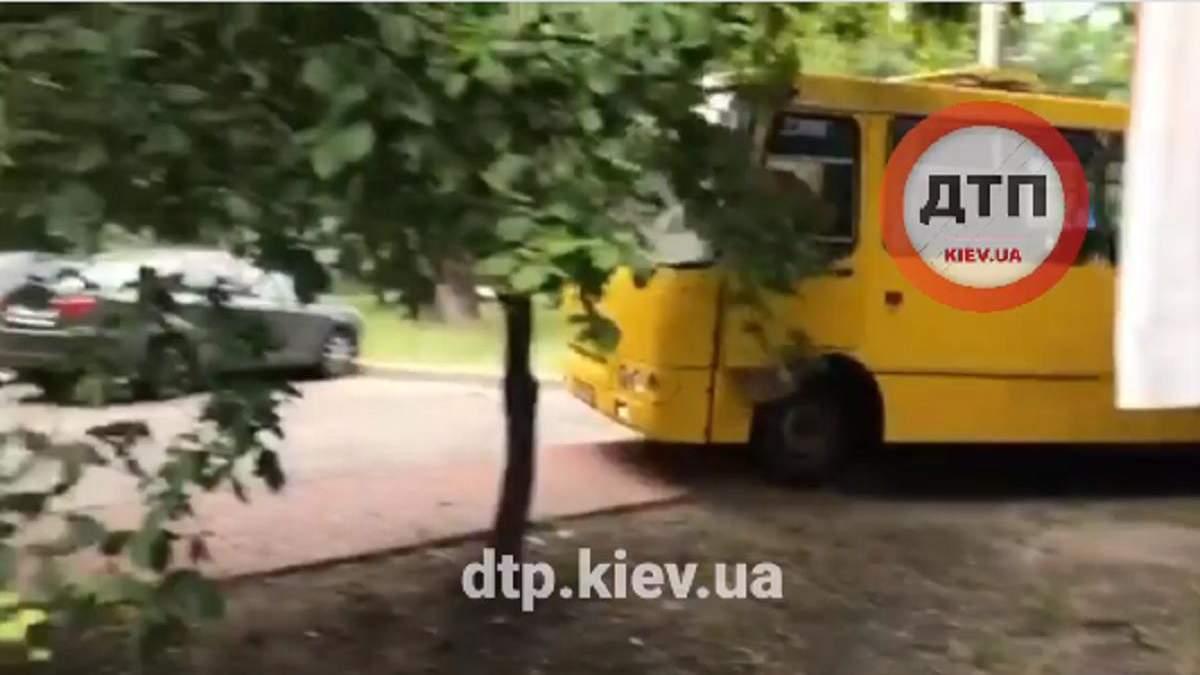 У Києві хлопці вкрали маршрутку й влаштували гонки: відео