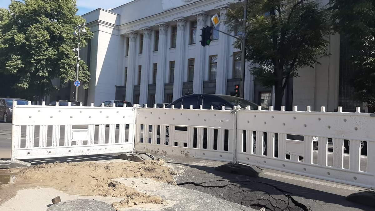 Діра під ногами у депутатів: біля Верховної Ради провалився асфальт – фото