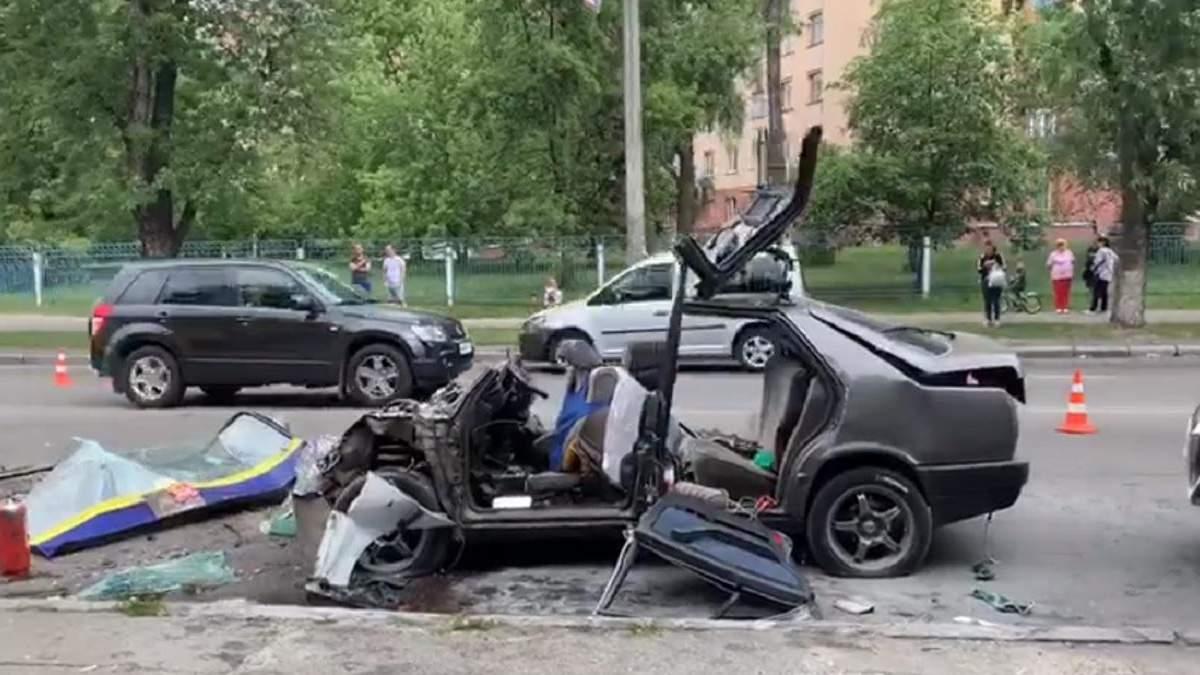 У Києві Mercedes влетів у маршрутку: легковик зім'яло – фото, відео