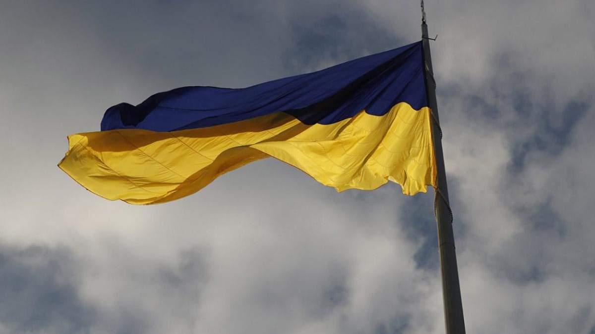 У Києві підняли найбільший прапор в Україні: вражаючі фото й відео