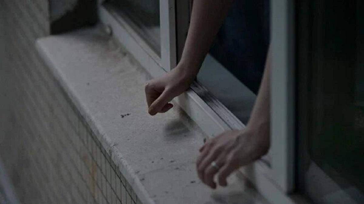 У Києві жінка викинулась з вікна багатоповерхівки