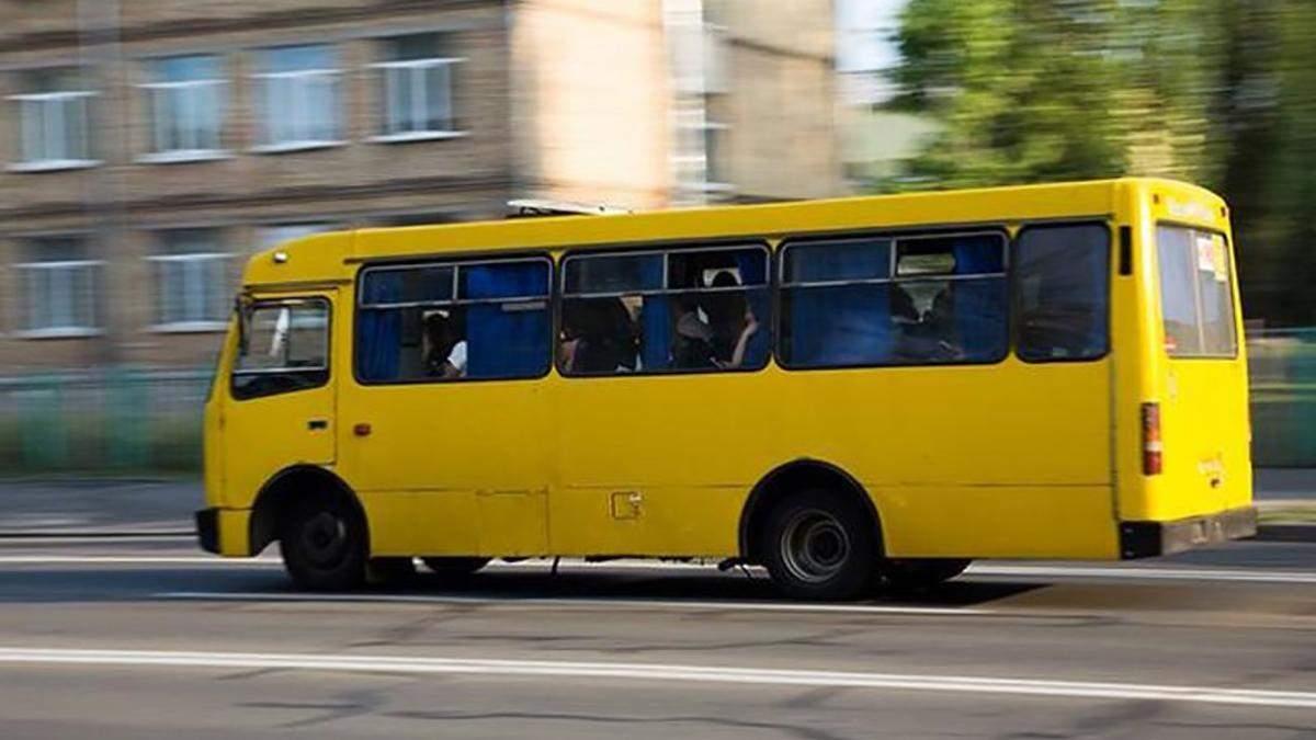 Розплатилася монетами: у Києві агресивний водій виштовхав дівчину з маршрутки – відео