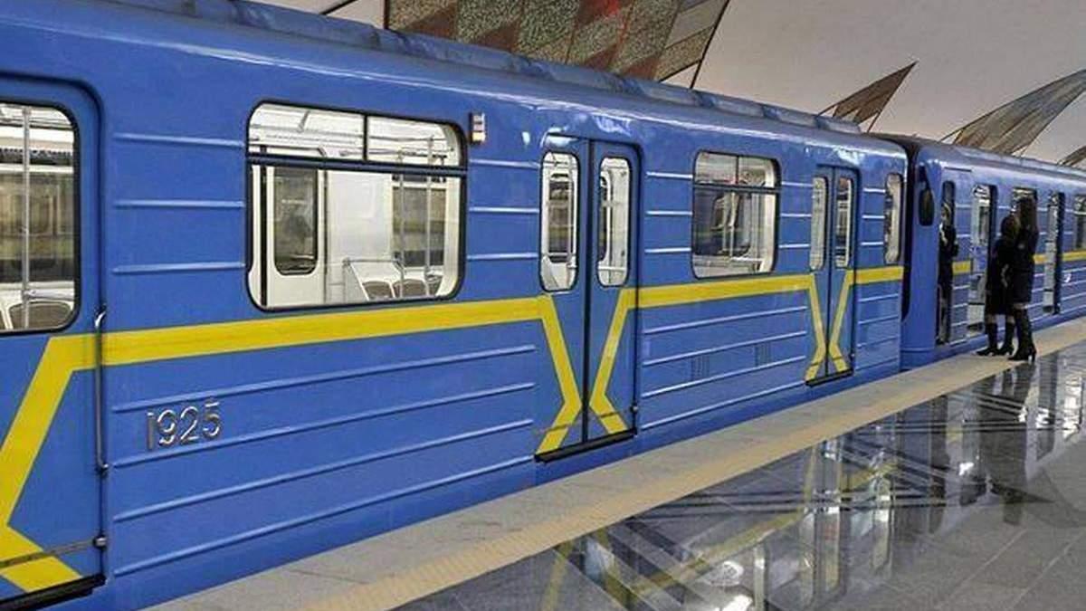 У київському метро танцювала напівроздягнена пасажирка