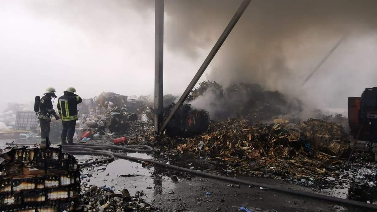 В Обухові спалахнула пожежа на підприємстві з утилізації хімікатів