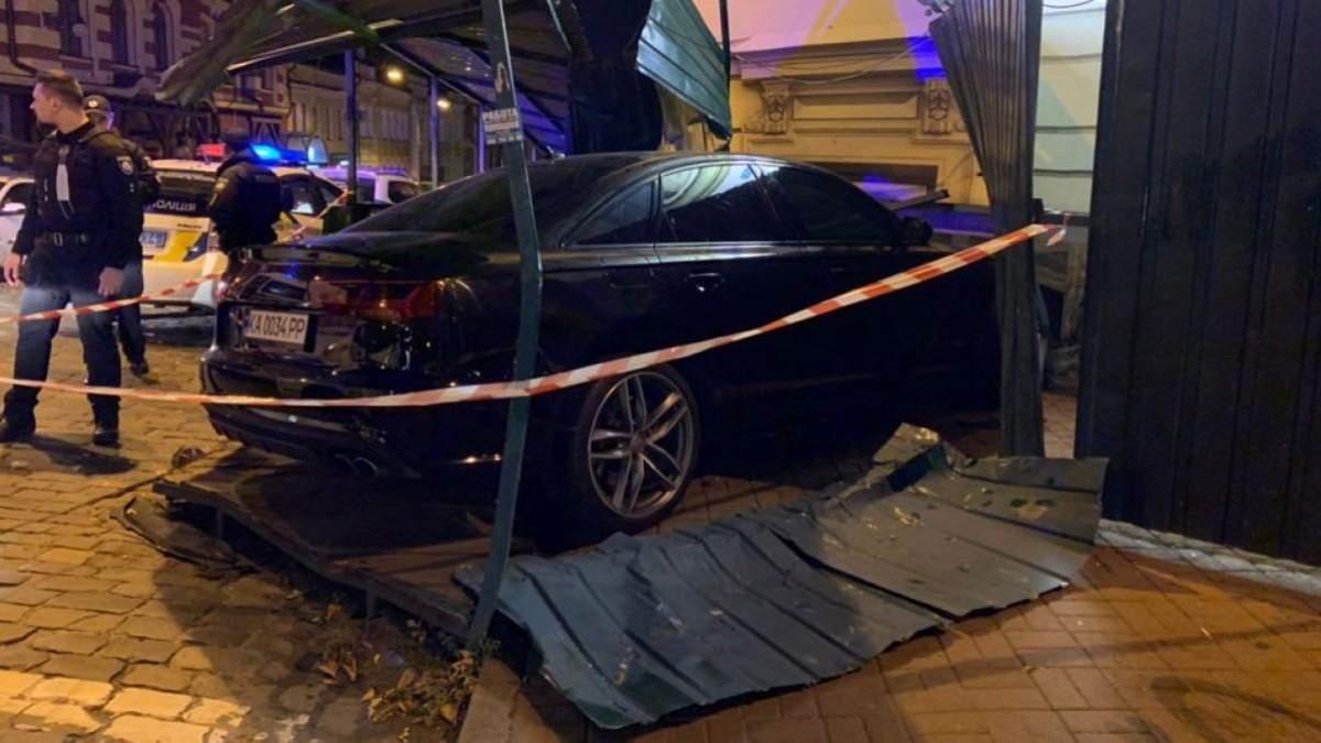 У Києві сталася ДТП: Audi влетіла у будинок, є постраждалі – фото