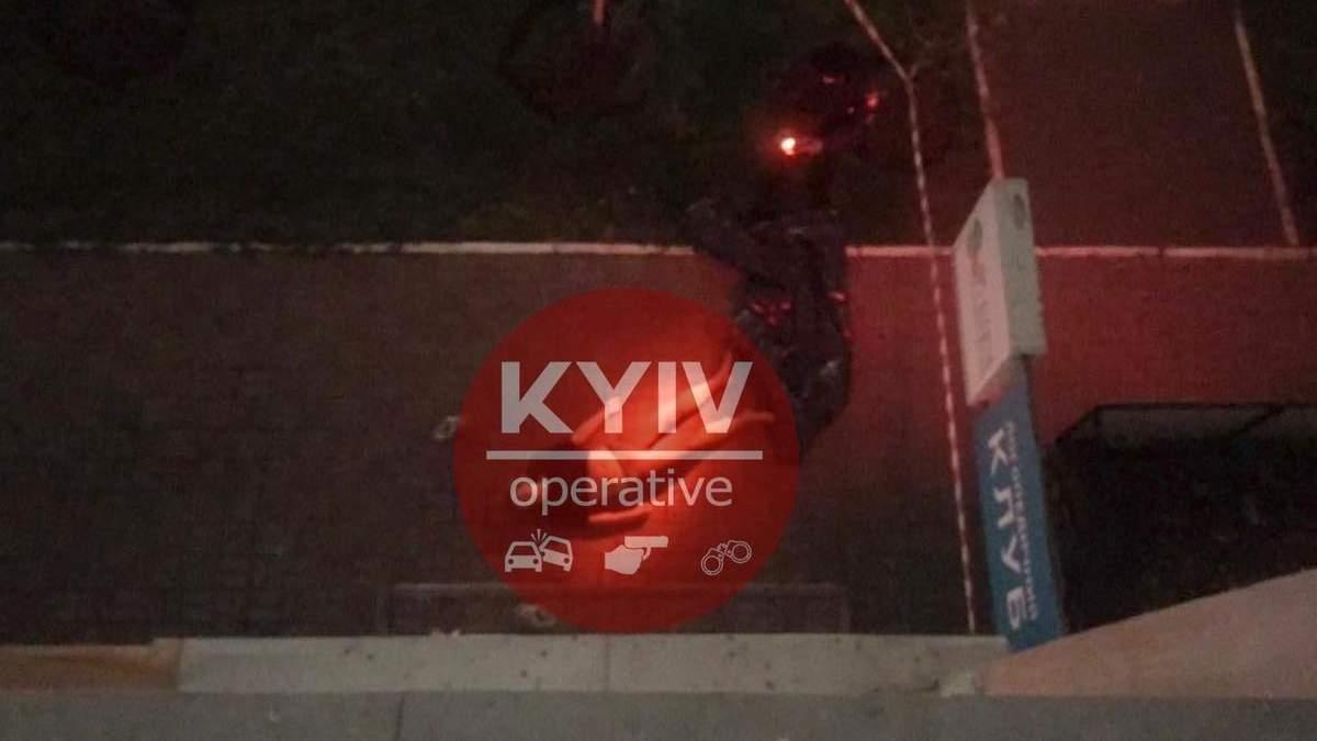 В Киеве на Позняках из окна многоэтажки выпрыгнула женщина