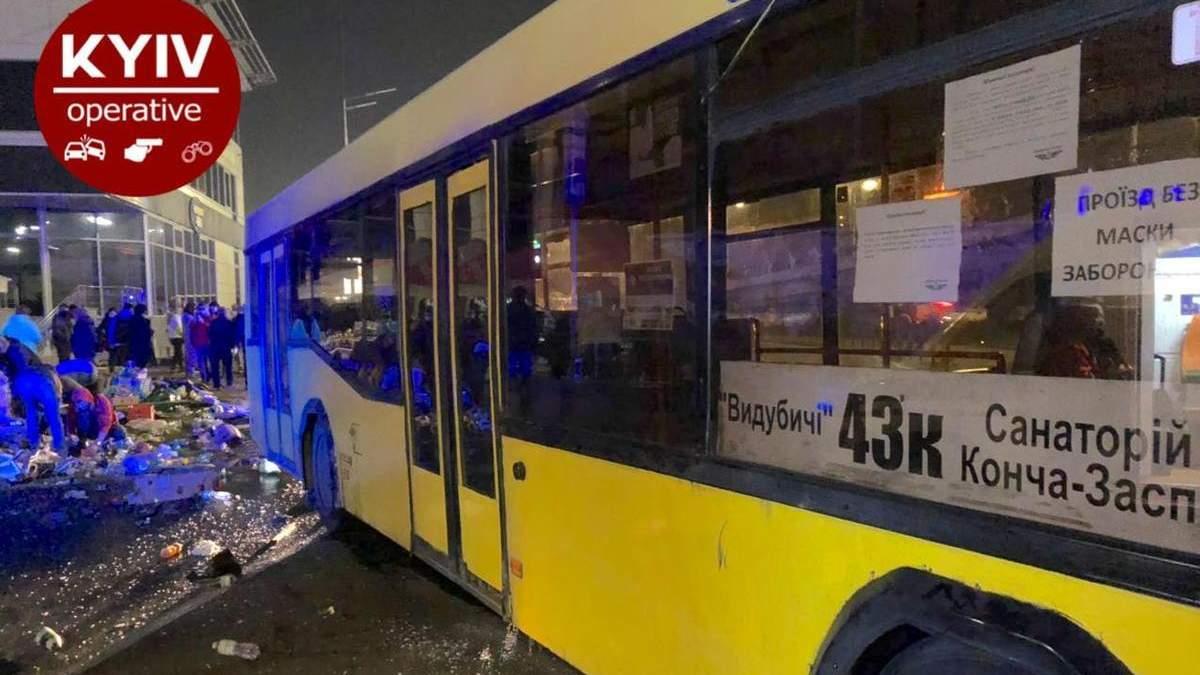 В Киеве автобус снес торговую палатку и наехал на людей на остановке