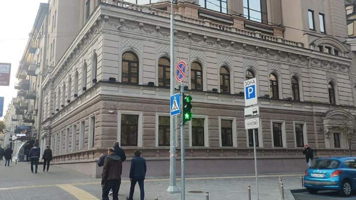 В Киеве на бульваре Шевченко демонтировали рекламные вывески - фото
