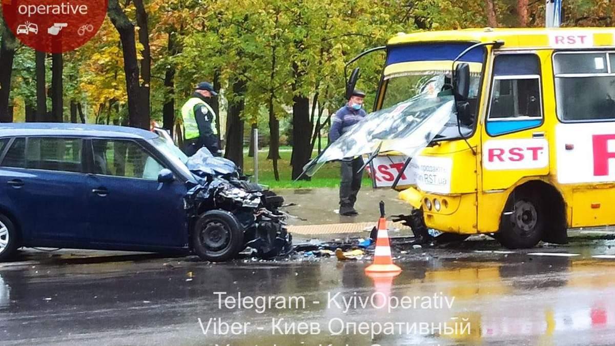 Лобовое столкновение маршрутки и Skoda в Киеве 31.10.2020: фото