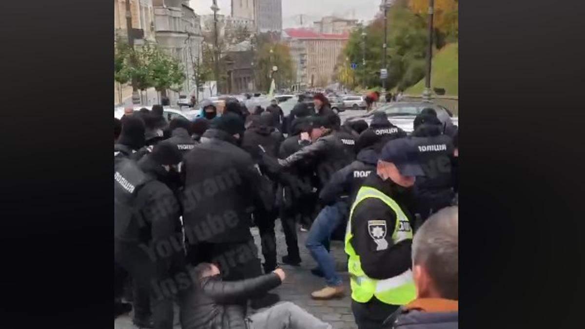 """В Киеве """"евробляхеры"""" перекрыли Грушевского: драка с полицией"""