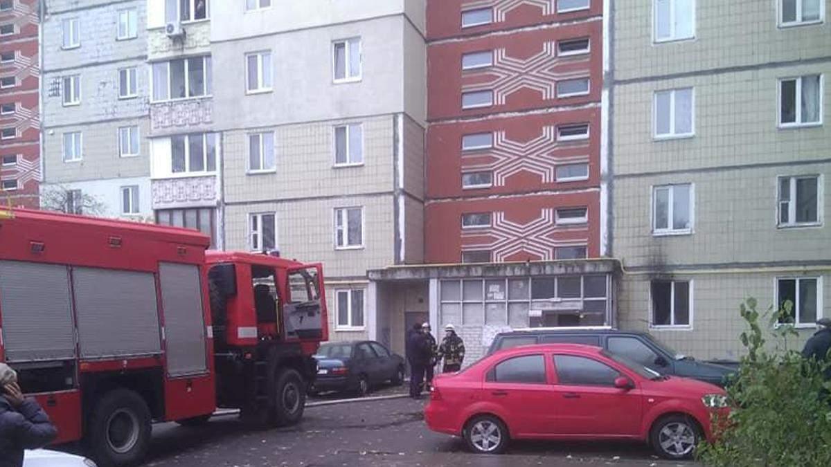 У Києві чоловік через сімейну сварку підпалив квартиру: відео