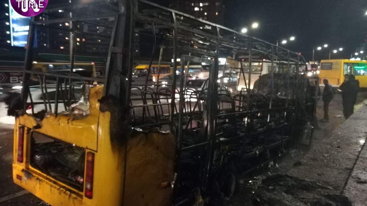 Огонь поглотил все: в Киеве в маршрутке произошел взрыв - видео