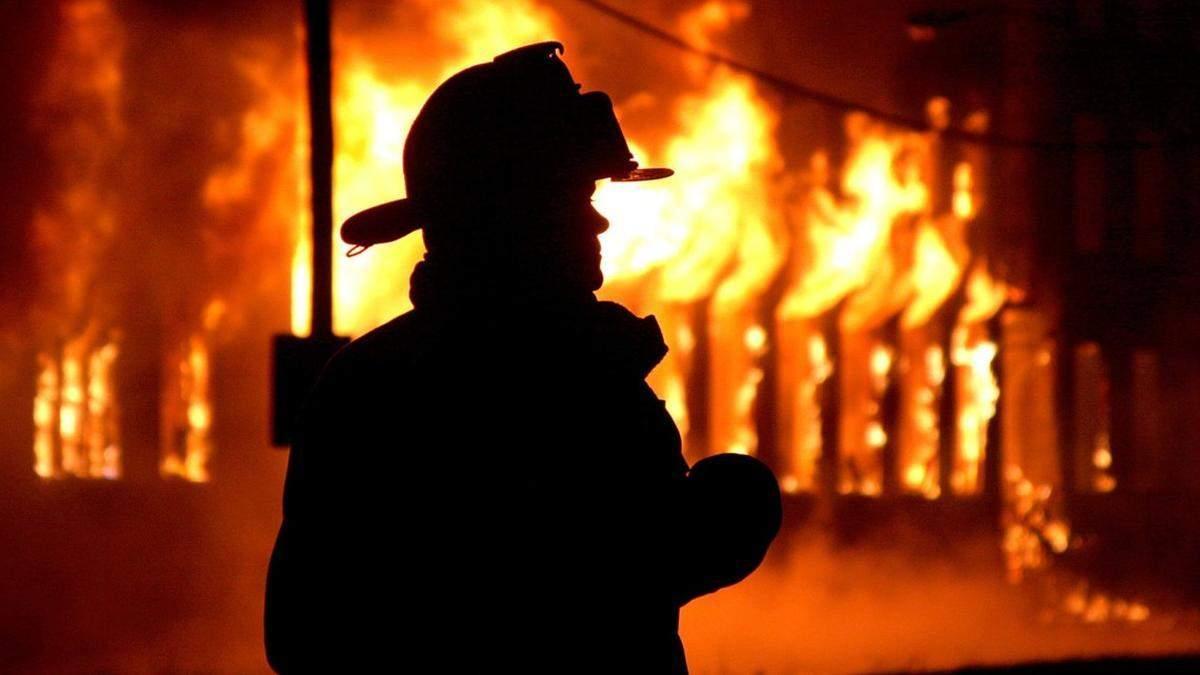 У Києві масштабно горить житловий будинок