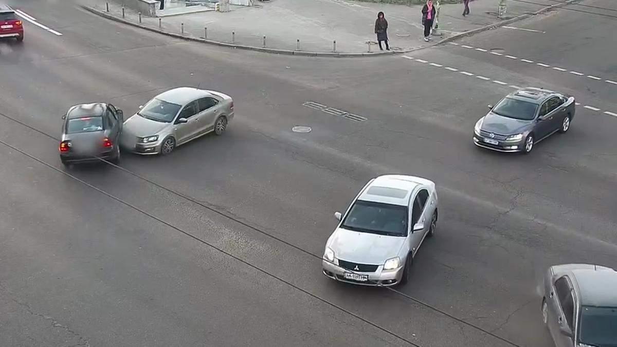 В Киеве возле Кардач столкнулись легковушки