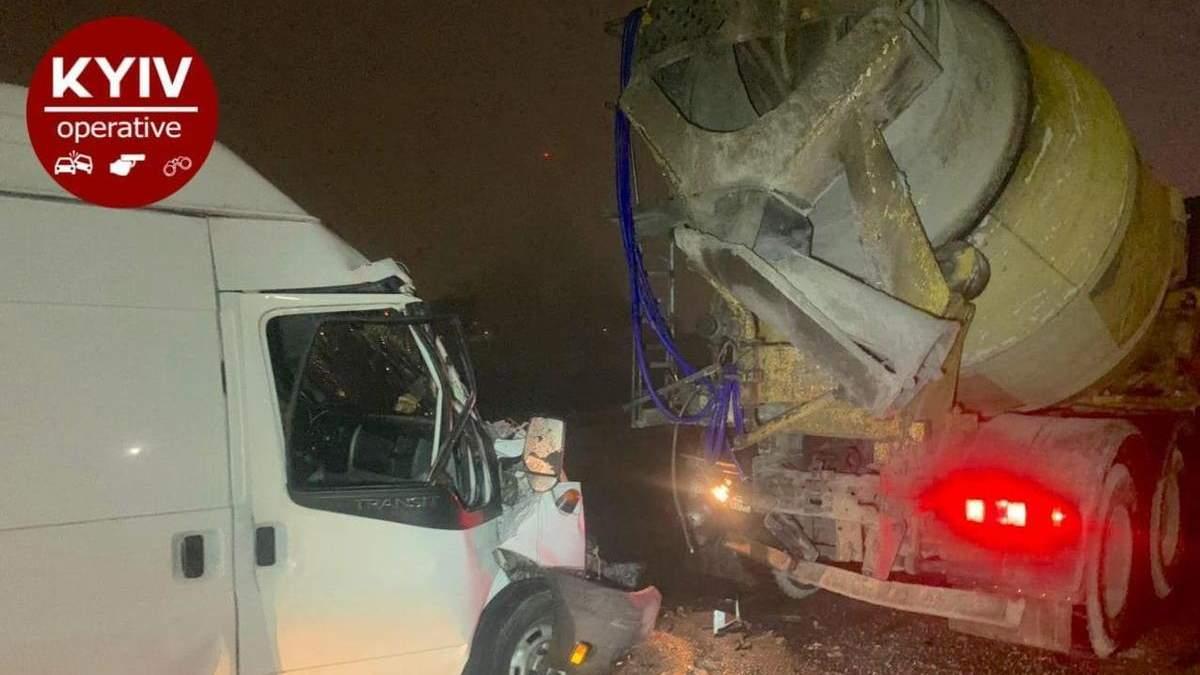 На Кільцевій дорозі Києва мікроавтобус влетів у бетонозмішувач