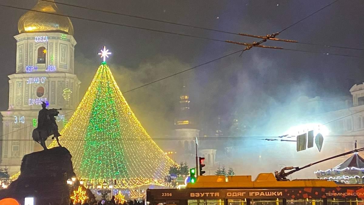 У Києві засвітили головну ялинку країни 19.12.2020: фото, відео