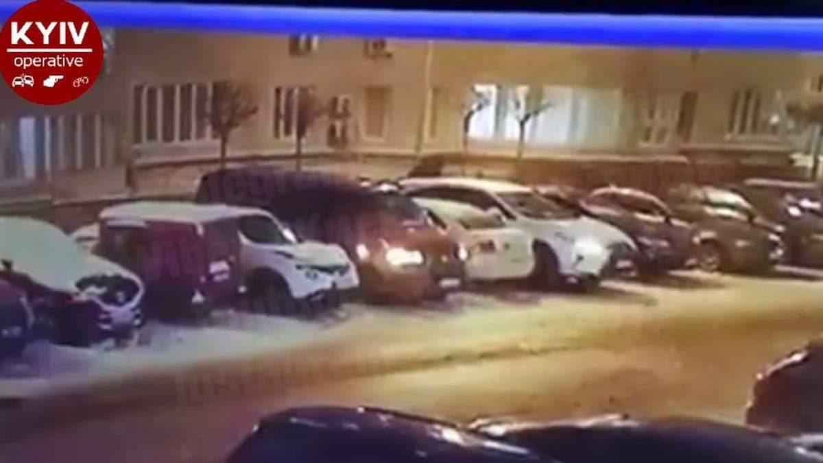 Під Києвом чоловік пошкодив понад 10 автівок