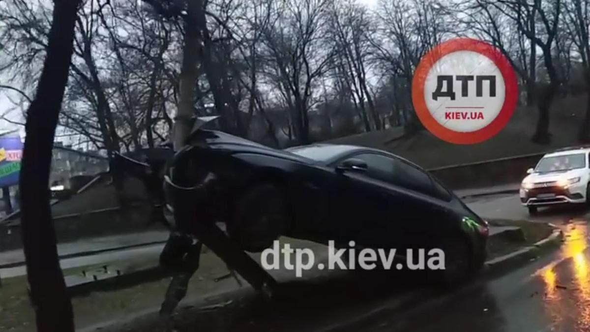В Киеве после новогодней ночи увидели Jaguar на столбе: видео - Киев