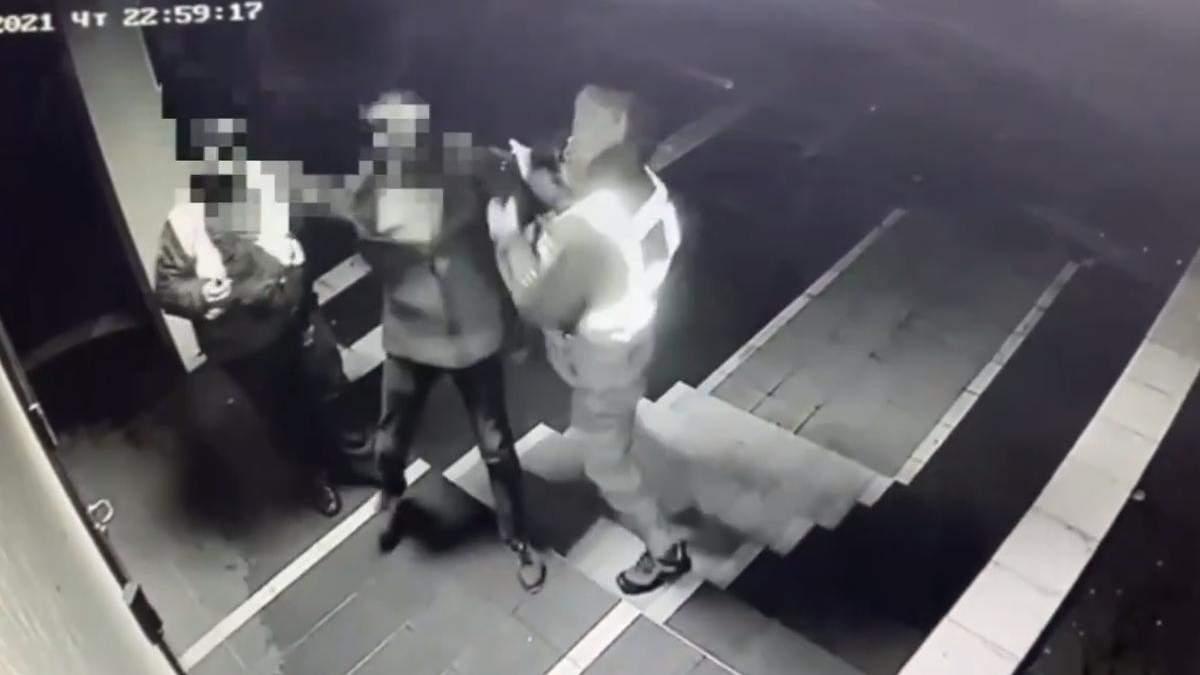 На Киевщине мужчина напал на полицейских у отделения полиции