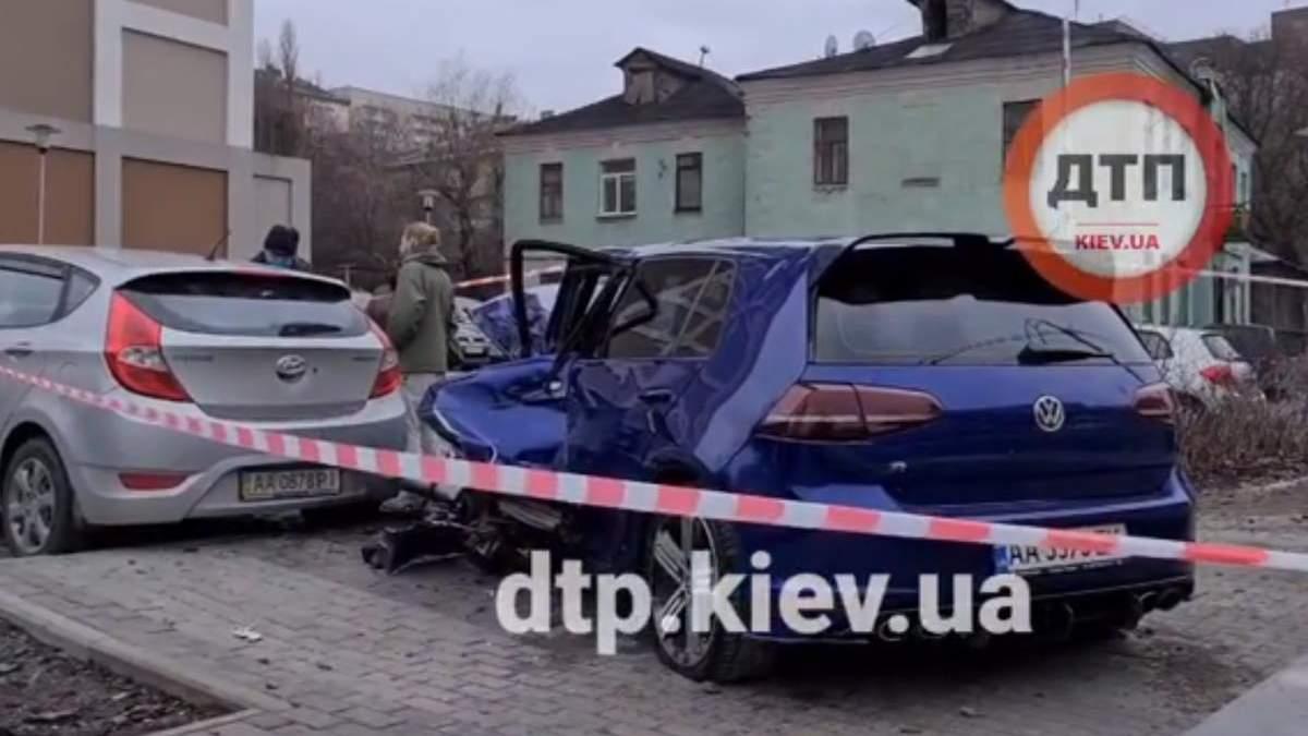 В Киеве легковушка влетела в переход и разбил припаркованные авто