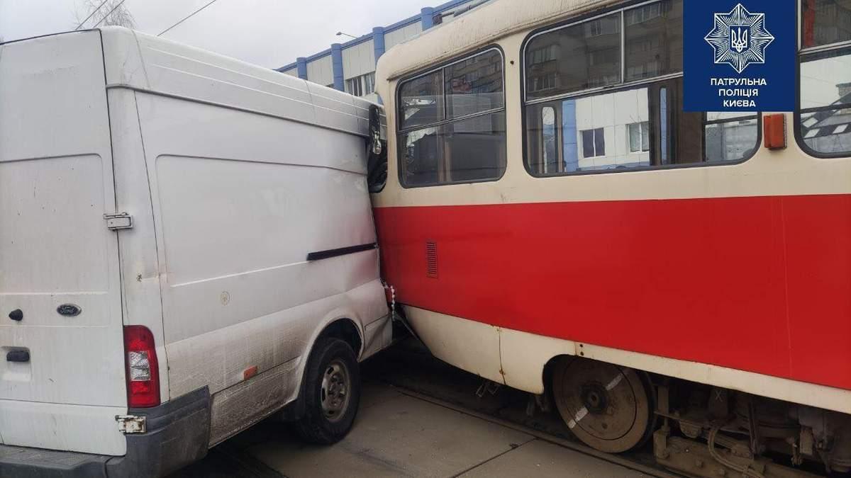 ДТП на улице Закревского в Киеве заблокировала движение трамваев